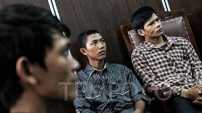 Mantan pengamen korban salah tangkap pihak kepolisian, Agra (kanan), Fatahillah (tengah), dan Fikri menjalani sidang praperadilan korban salah tangkap di Pengadilan Negeri Jakarta Selatan, Senin, 22 Juli 2019. Tiga dari empat korban tersebut menuntut agar Kepolisian dan Kejaksaan Tinggi DKI Jakarta meminta maaf dan menyatakan mereka telah melakukan salah tangkap, salah proses, dan penyiksaan terhadap para anak-anak pengamen Cipulir. TEMPO / Hilman Fathurrahman W