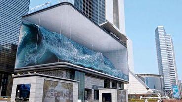 韓國首爾街頭出現巨浪!快衝破玻璃螢幕的公共藝術逼真到讓人超震撼