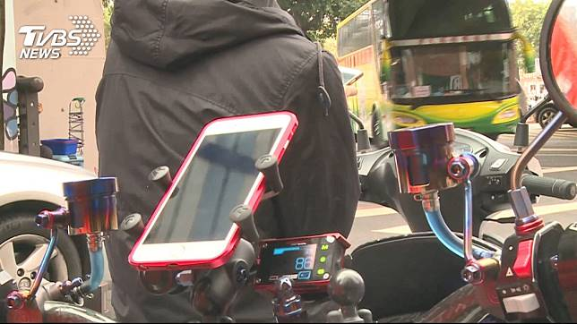 機車加裝手機架,安全問題引爭議。圖/TVBS