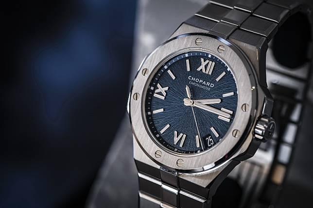岩石般的粗糙錶盤紋理令人聯想起老鷹的虹膜,而指針取材自老鷹羽毛。(互聯網)