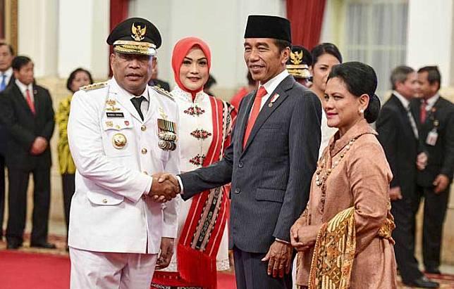 Presiden Joko Widodo (kedua kanan) didampingi Ibu Negara Iriana Joko Widodo (kanan) memberikan ucapan selamat kepada Gubernur Maluku Murad Ismail (kiri) seusai dilantik di Istana Negara, Jakarta, Rabu (24/4/2019)./ANTARA-Hafidz Mubarak A