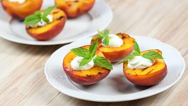 桃肉輕烤後變軟,再加點水果或健康的醬汁,即時變成暖胃甜品。(互聯網)