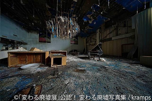 《變》寫真集中走遍日本多個不同廢墟,並用鏡頭拍下當中的美態。(互聯網)