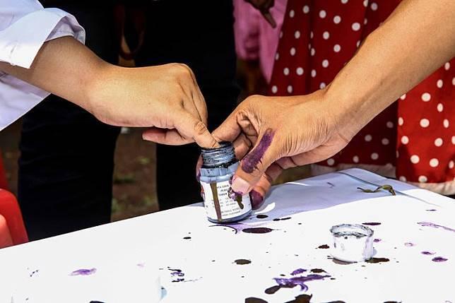 Warga menggunakan hak pilihnya dalam Pemilu serentak 2019 di TPS Petamburan, Tanah Abang, Jakarta Pusat, Rabu (17/4/2019).