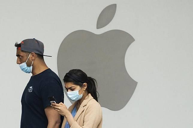 Apple: Jangan Menutup Laptop dengan Penutup Kamera Terpasang. Foto: Warga melewati toko Apple di Arlington, Virginia, Amerika Serikat.