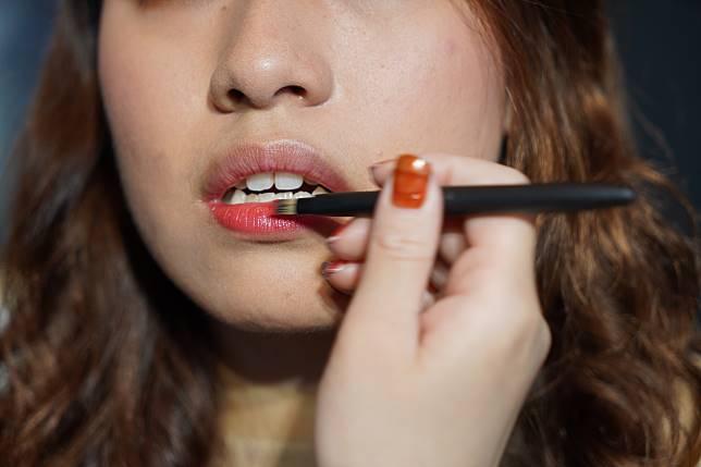 最後畫上眼線,塗上胭脂和唇彩,一個bling bling的完美妝容就完成了。