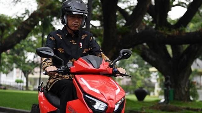 Presiden menjajal motor listrik buatan dalam negeri 'Gesits' seusai melakukan audiensi dengan pihak-pihak yang terkait produksi di halaman tengah Istana Kepresidenan, Jakarta, Rabu (7/11/2018). Audiensi tersebut membahas persiapan produksi massal sepeda motor listrik Gesits. [ANTARA FOTO/Wahyu Putro A].