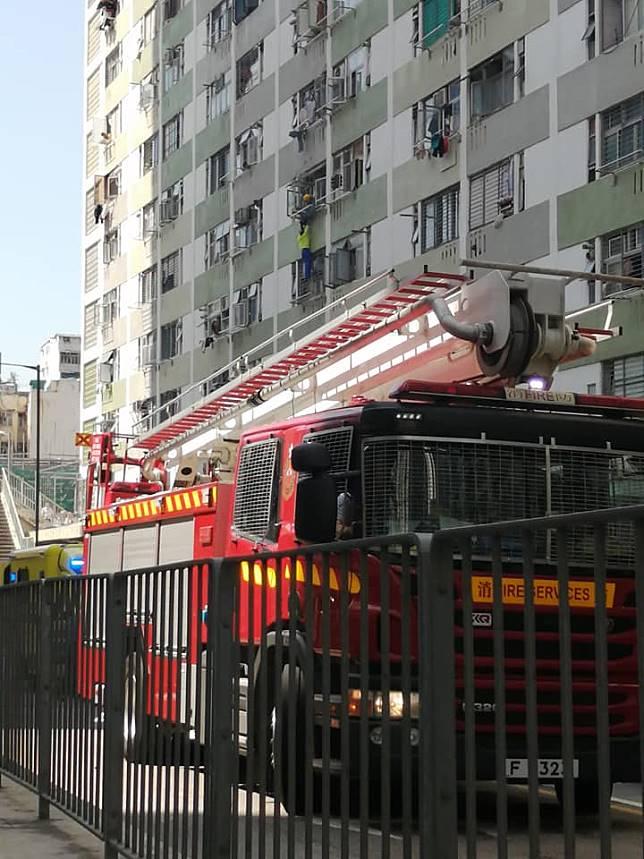 消防在地面張開救生氣墊。圖:香港突發事故報料區 網民Kevin Mak