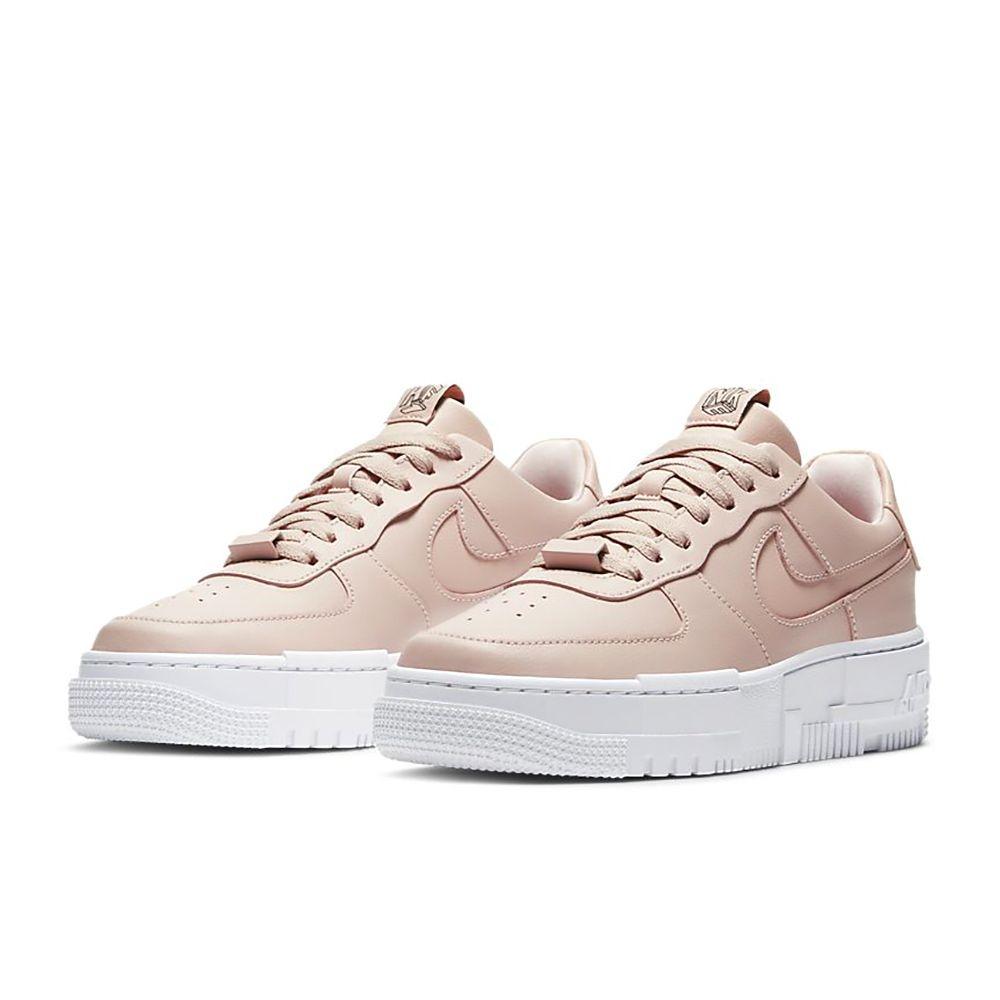 NikeAF1Pixel女子運動鞋由女性匠心設計而成,煥新演繹休閒款式,專為女性打造,助你彰顯十足個性,征服質疑。利落皮革與合成材質組合鞋面採用簡約線條和精緻紋理設計,締造輕鬆有型的前衛外觀。別緻外底