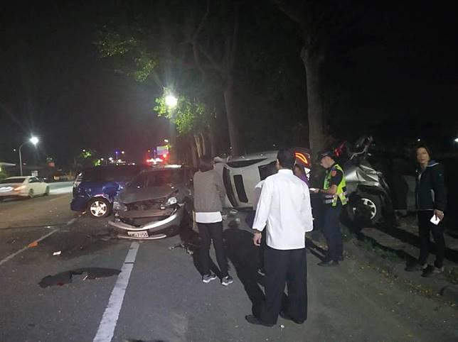 台東》檢手機釀禍 連撞5自小客車及1機車
