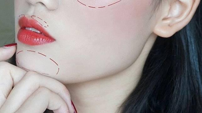 想打造豐盈「嘟嘟唇」?將高光產品塗於上唇兩側便可以。如想下巴更尖,只要適當地亮下巴中央位置,便能展現V面小顏效果。(互聯網)