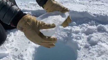 朝著45層樓深的冰洞丟冰塊為什麼會聽到雷射槍的聲音?