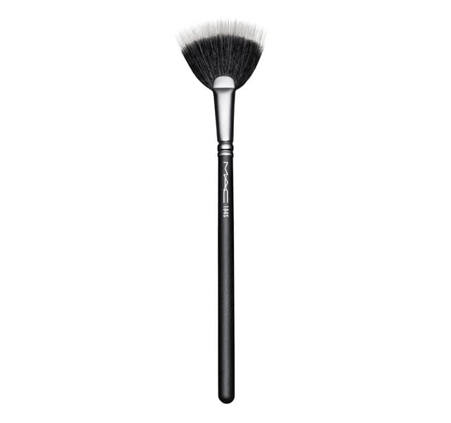 扁平的扇形刷子,由柔軟的合成纖維製成,特別適用於柔礦迷光產品。適用於任何配方的輕盈使用和混合,或作為工具來輕輕地抖掉任何多餘的產品。MAC #184專業彩妝刷