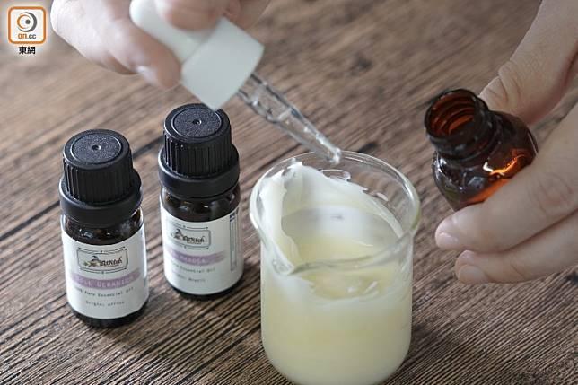 加入維他命E油、玫瑰天竺葵精油、葡萄柚子萃取液及玫瑰草精油攪勻,最後放入容器即可。(張群生攝)