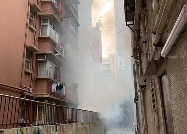 大量濃煙直攻樓上住宅單位。
