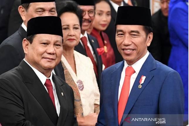 Presiden Joko Widodo (kanan) memberi selamat kepada Menteri Pertahanan Prabowo Subianto seusai pelantikan menteri Kabinet Indonesia Maju di Istana Negara, Jakarta, Rabu (23/10/2019). ANTARA FOTO/Wahyu Putro A/ama. (ANTARA FOTO/WAHYU PUTRO A)