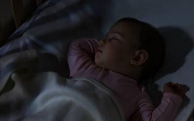 Bé mới 2 tuổi đã ngừng cao vì mẹ thường xuyên bật đèn ngủ, bác sĩ vạch ra loạt tổn hại khác