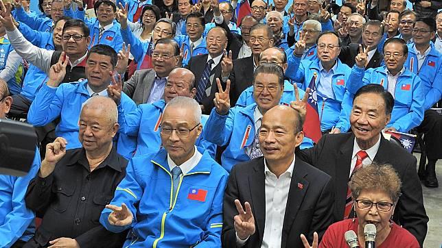 國民黨總統候選人韓國瑜、吳敦義主席,和支持韓國瑜競選全國顧問團總團成員比出勝利手勢合影。( 圖 / 記者陳弘志攝 )