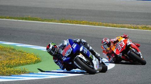 Jorge Lorenzo dan Marc Marquez sempat terlibat keributan di MotoGP Spanyol 2013. (AFP PHOTO / CRISTINA QUICLER)