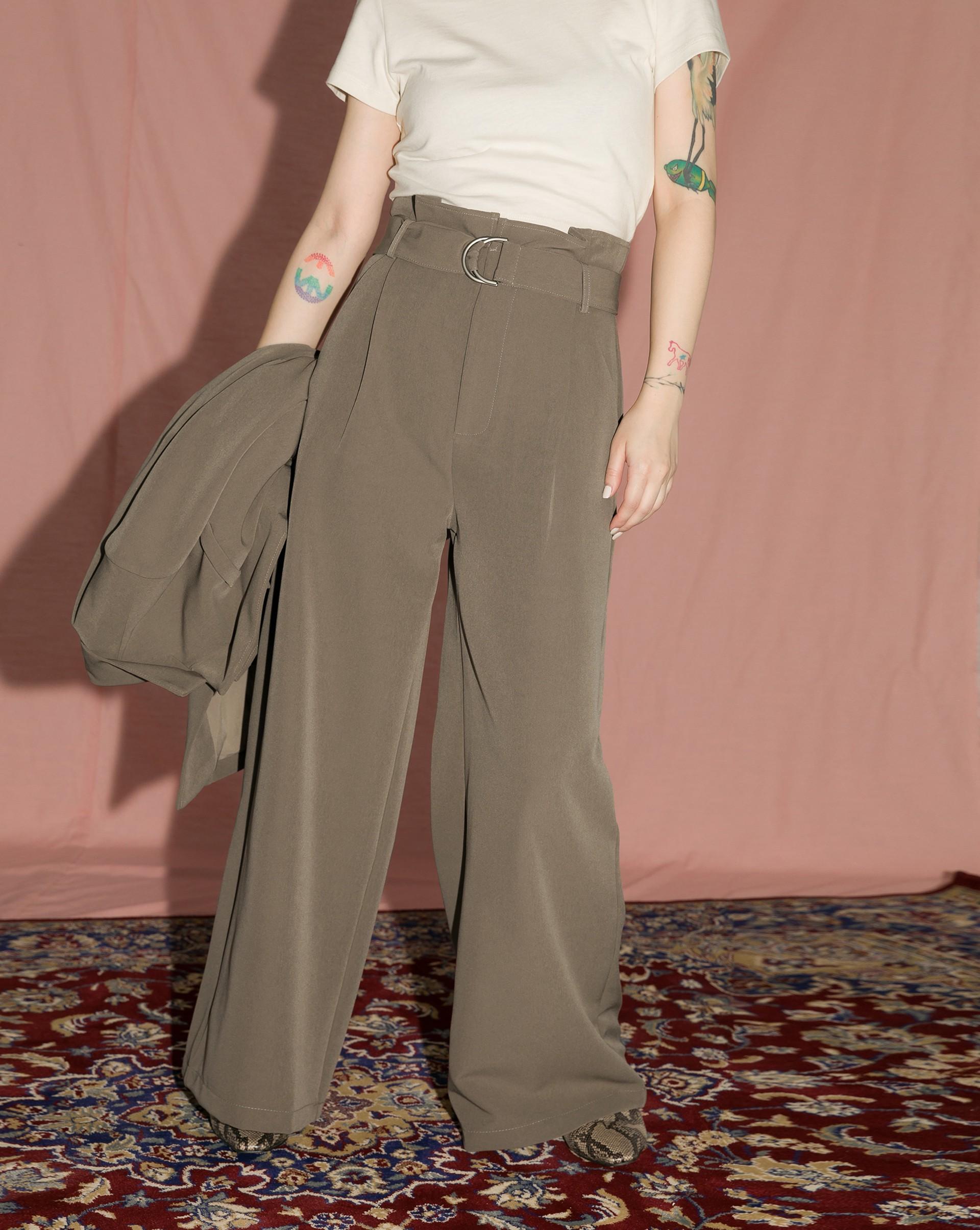 有挺度面料/附同本布腰帶/兩側有口袋/不透固無內裡