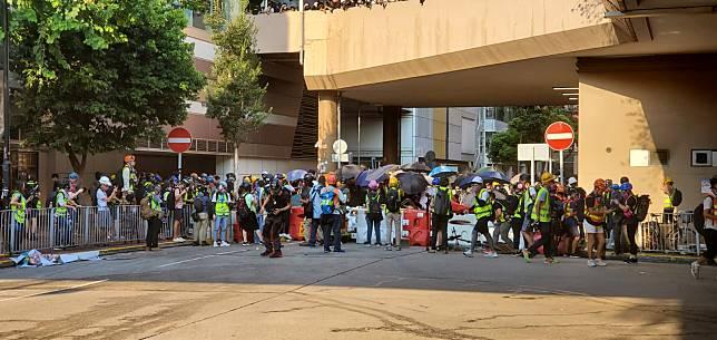大批示威者在屯門時代廣場外對峙。