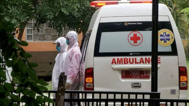 Petugas ambulans yang mengenakan pakaian hazmat, tiba di RSPI Sulianti Saroso, Jakarta Utara, Kamis (5/3). Foto: Irfan Adi Saputra/kumparan