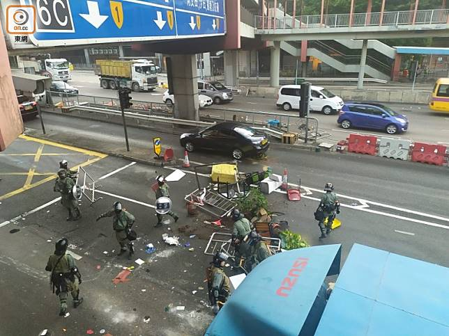 防暴警員清理紅隧對開路面的雜物。(吳建明攝)