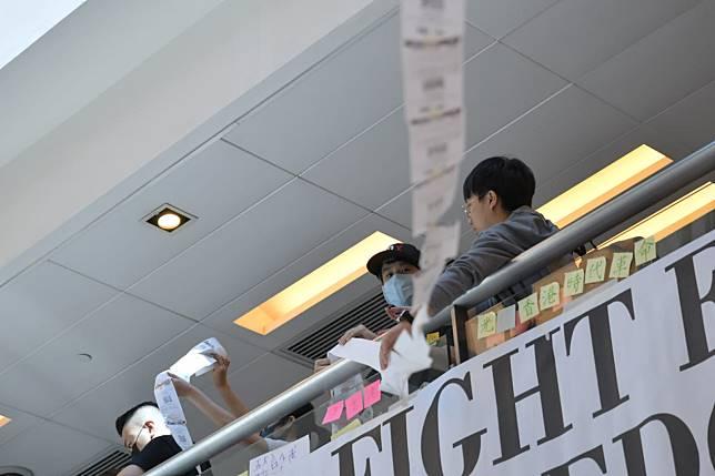 示威者到酒樓門外不斷領取輪候號碼,並將籌號駁成長條形,於商場內拉起。