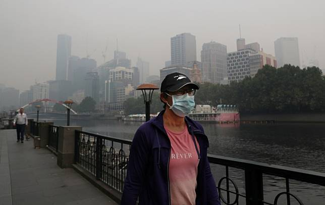People wear breathing masks to protect themselves from a thick smoke haze from the bushfires, in Melbourne, Australia on Jan. 14, 2020.