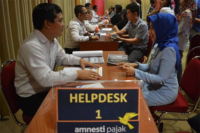 Taxpayers consult with tax office staff as they apply for the tax amnesty at East Java Tax Office II in Sidoarjo, East Java, on Aug. 8, 2016.