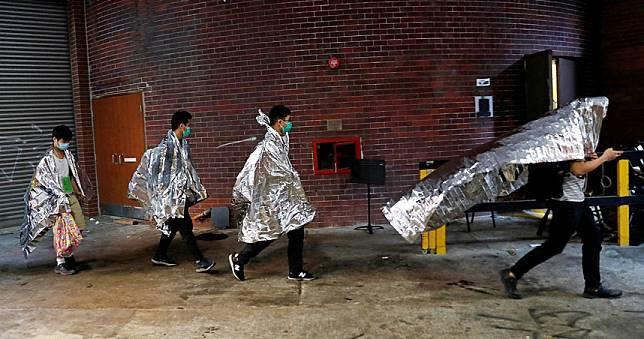 香港理大剩200生斷糧苦撐 校長不願救、數十人低溫不適