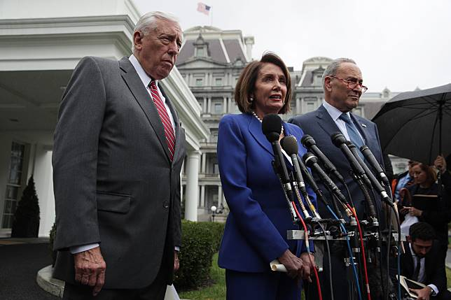 Chuck Schumer, right, Nancy Pelosi, and Steny Hoyer brief members of the media, Oct. 16. 一位民主黨的消息人士稱,在舒默引述前國防部長馬蒂斯周日在NB