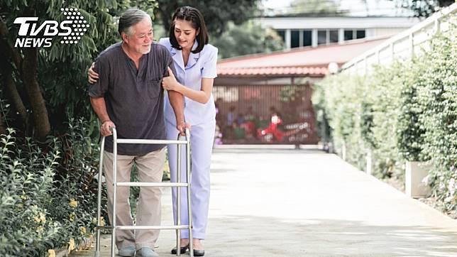 看護長年照顧夫妻倆,賈翁決定送她房產以示感謝。示意圖/TVBS