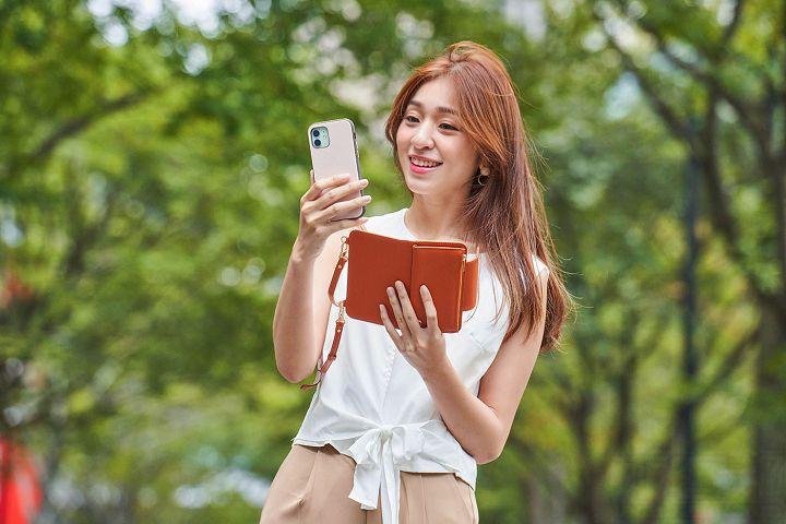 想要單獨便用手機時,隨時都可以由手機包裡拿出來。
