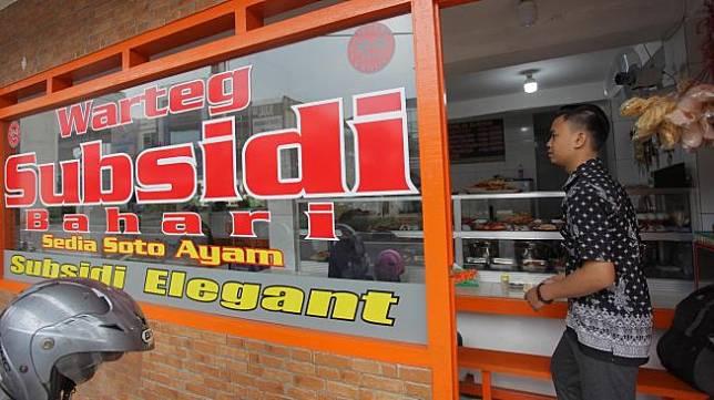 Warga bersiap makan di Warteg Subsidi Bahari kawasan Jalan Fatmawati, Jakarta, Sabtu (28/3).  [ANTARA FOTO/Reno Esnir]