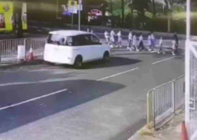 私家車失控剷上行人路。
