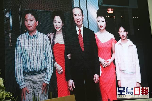 賭王跟三太陳婉珍及3子女。