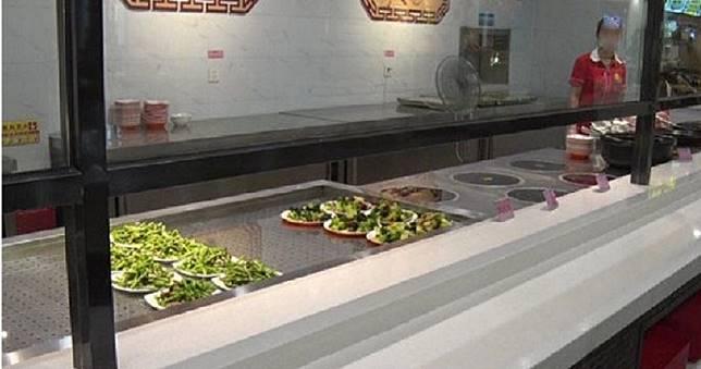 扯!客投訴菜裡有蛆 經理掃光菜盤回:「若是蛆我肯定拉肚子」