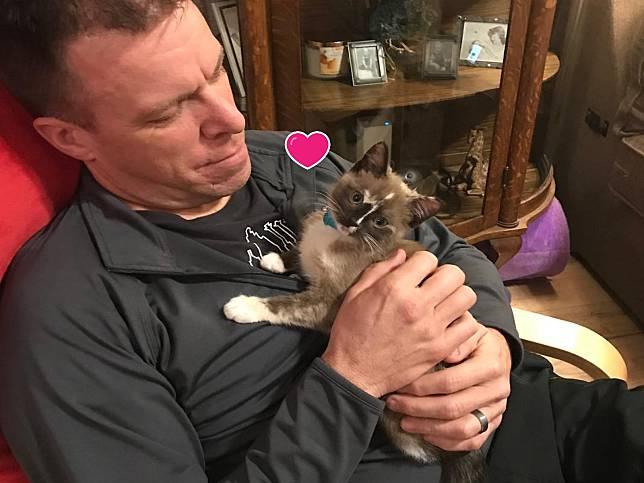 警察在高速公路救援小貓 從此黏上他:謝謝你救我!