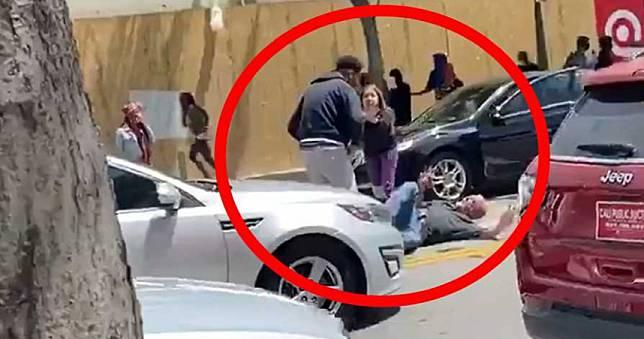 示威失控!白人慘遭黑人包圍「打趴在地」…路人嚇壞狂尖叫制止