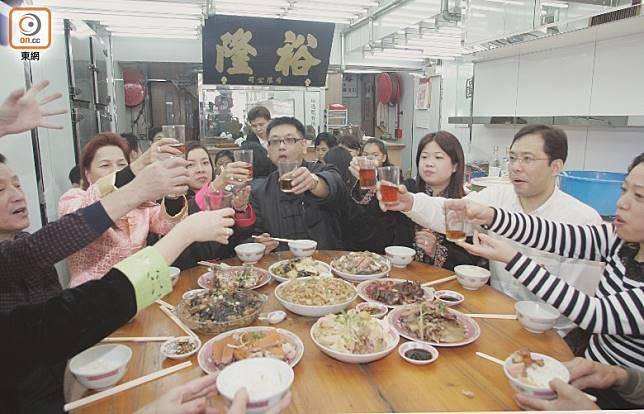 中國人重視倫理關係,而農曆新年就是一年當中最重要的節日,親朋好友、同事或合作夥伴都會趁機會聚餐,透過吉利菜式互相祝福。(資料圖片)
