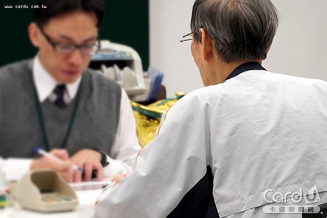 金管會規定自11/18起銀行的授信或存匯款人員,銷售投資型保單或儲蓄險不能領取佣金(圖/卡優新聞網)