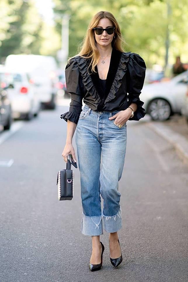 雖然牛仔褲有點粗豪的感覺,當混搭女性化的Ruffle恤衫加高踭鞋,都可以很有女人味。(互聯網)