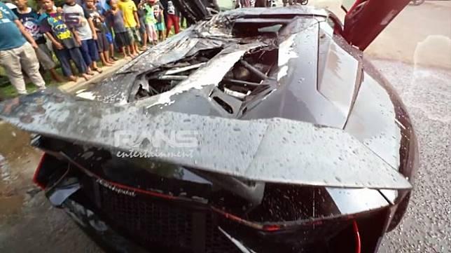 Lamborghini Aventador Roadster milik Raffi Ahmad yang terbakar. (YouTube/Rans Entertainment)