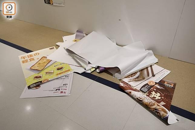 PopCorn有示威者破壞吉野家分店海報。(李志湧攝)