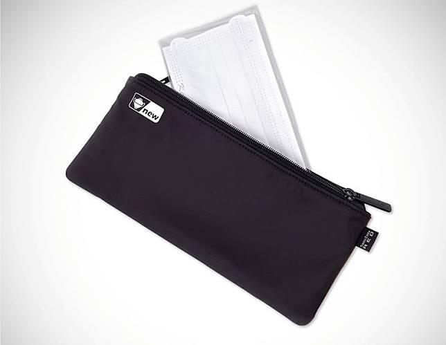口罩收納袋以雙層設計,黑色一面擺放未經使用新口罩。(互聯網)