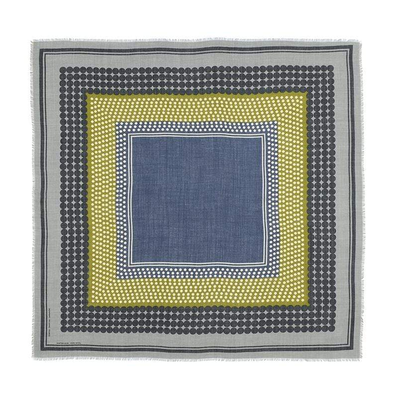 2012年創辦人 Martine Byvoet 為了遠居印度德里的女兒、在果園工作的兄弟及奔波於巴黎與東京的好友們,決定建立一個維繫家人和朋友情感的配件:圍巾。圍巾是生活中最好的朋友,它是頸間最溫柔的