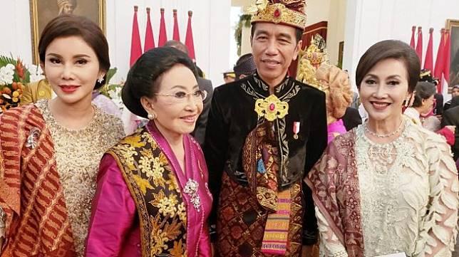Presiden Jokowi berfoto bareng Mooryati Soedibyo. [Istimewa]