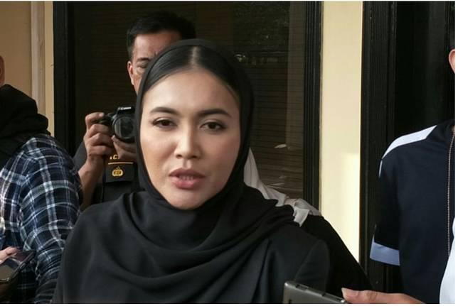 Penyanyi Denada Tambunan usai menjenguk mantan suamknha(KOMPAS.com/ANDIKA ADITIA)   Artikel ini telah tayang di Kompas.com dengan judul