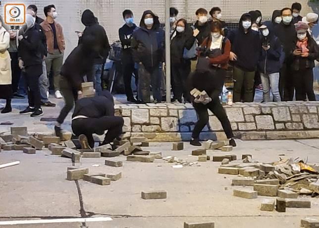 有人在路旁掘磚。(梁裔楠攝)